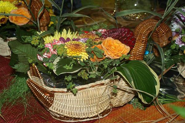 Жизнерадостная композиция из цветов в корзине