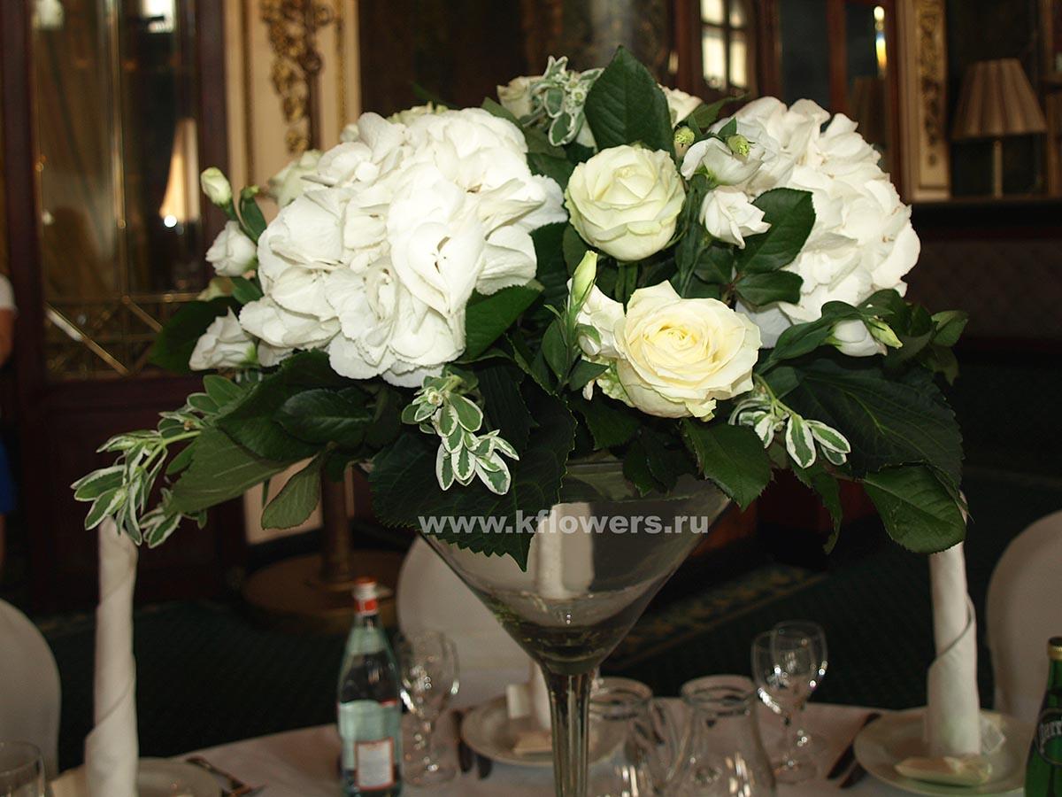 Живые цветы подчеркнут статус и вкус новобрачных