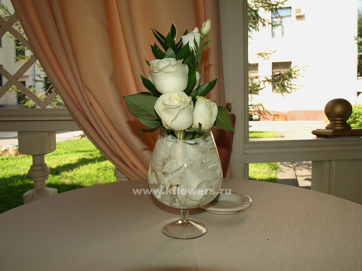 Бокалы с флористическими миниатюрами заполнены лепестками роз