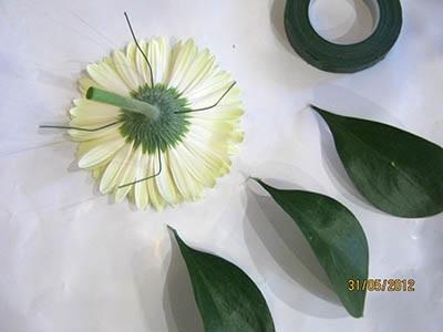 Крепим к основанию цветка герберы флористическую проволоку
