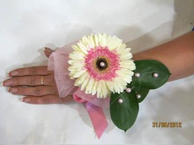 Очаровательный браслет из живого цветка герберы готов