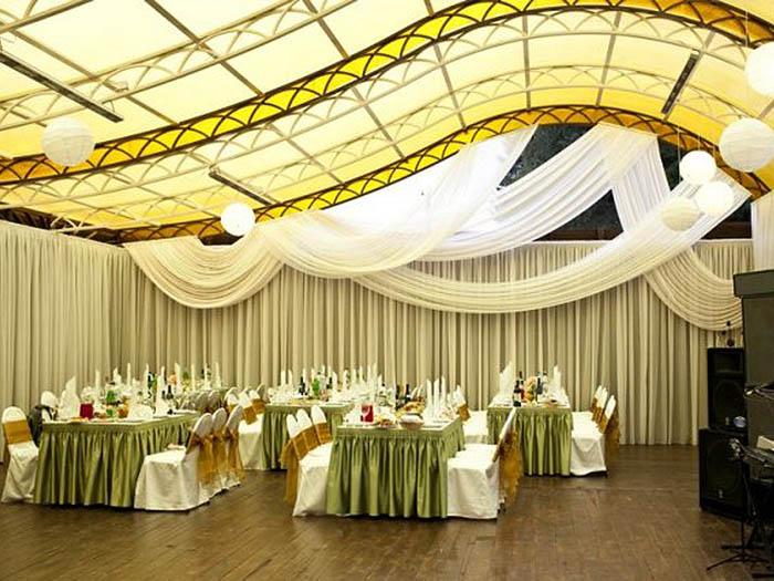 Изумительное оформление свадьбы живыми цветами, тканями
