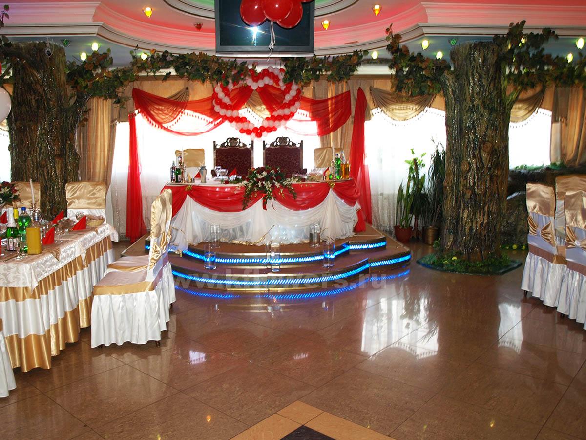 Президиум жениха и невесты, украшенный цветами, тканями, шарами, подсветкой