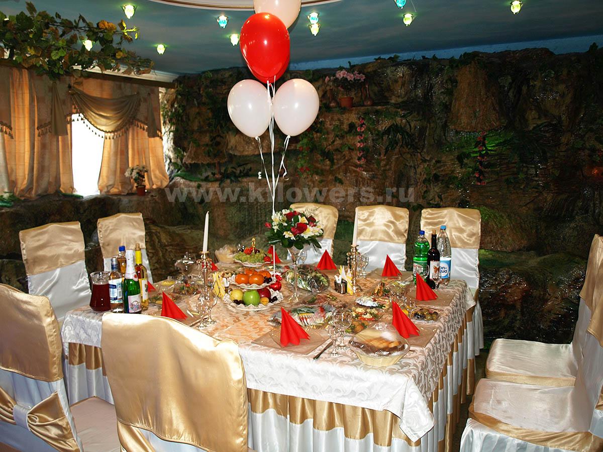 Композиции на стол гостей: розы, альстромерии, рускус