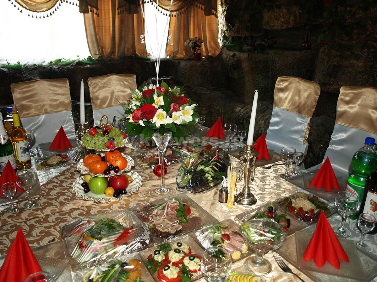 Красно-белый контраст композиций в сочетании с вазой с фруктами