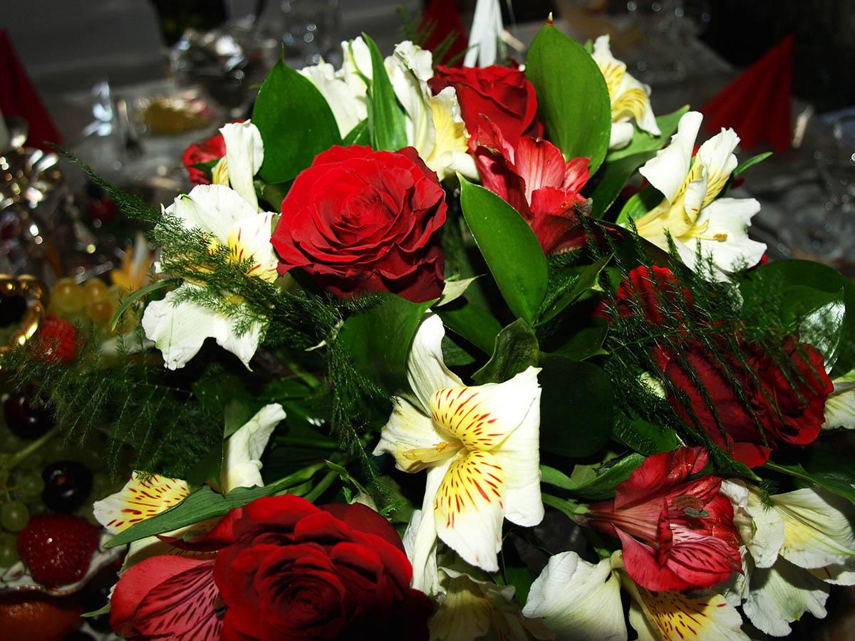 Красно-белый декор - великолепен в антураже зала ресторана Каспий