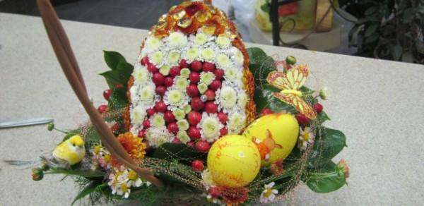 Пасхальная композиция с яйцом из цветов