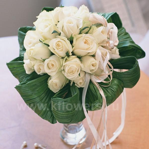 Классический круглый букет невесты из благородных белых роз