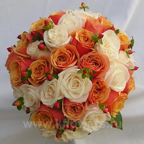 Шарообразный свадебный букет невесты из роз с зеленью и ягодами рускуса