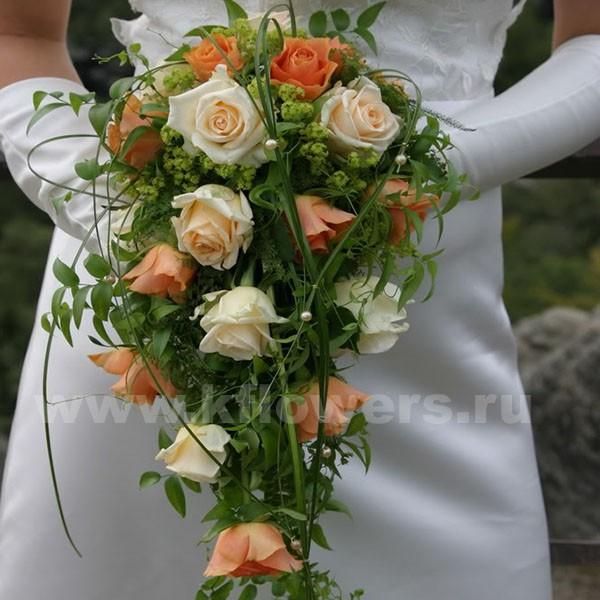 Каскад из дивных роз в руках невесты