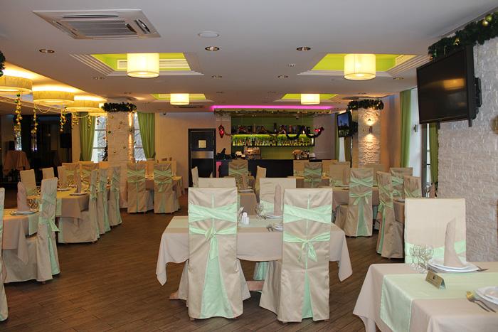 Вместительный банкетный зал позволяет с комфортом провести праздничное мероприятие