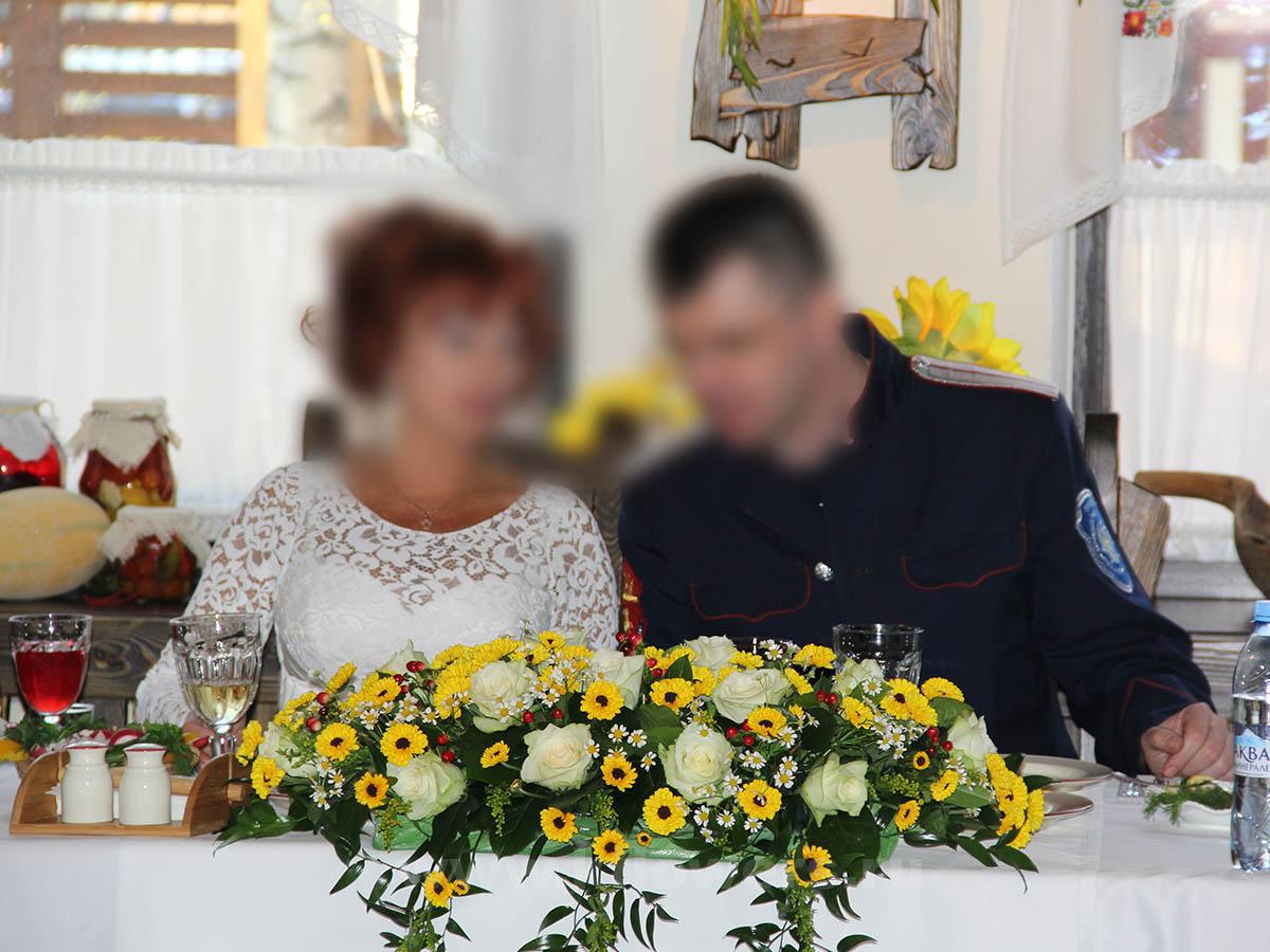 Композиция на стол молодых из хризантем, танацетума, роз, хиперикума