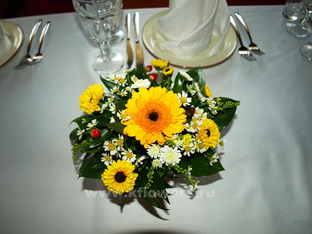 Композиции для гостей: хризантемы, ромашки-танацетум, ветки гиперикума, рускус