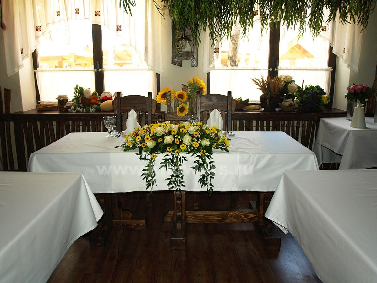 Оформление свадебного зала в ресторане Украинский Двор в народном стиле