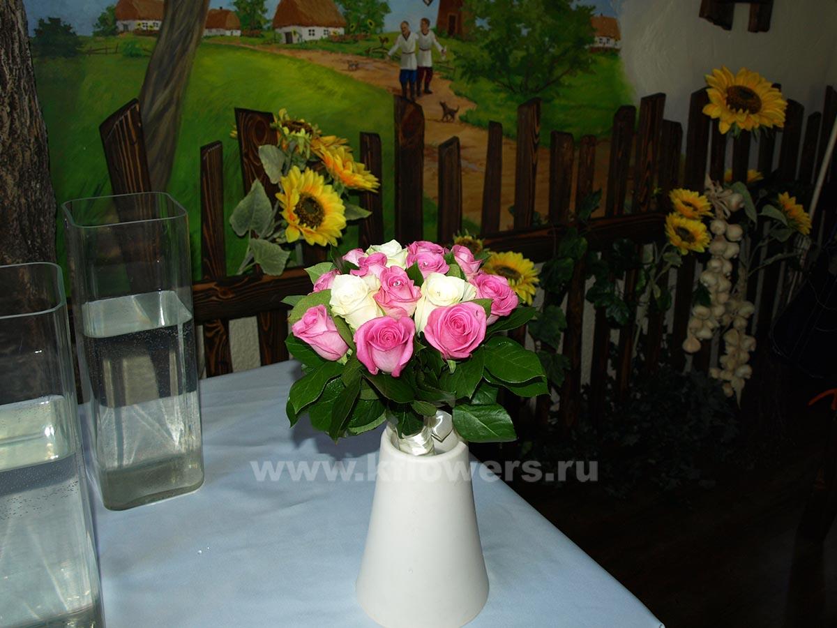 Дублер свадебного букета из роз распадается на три равных части для трех подружек