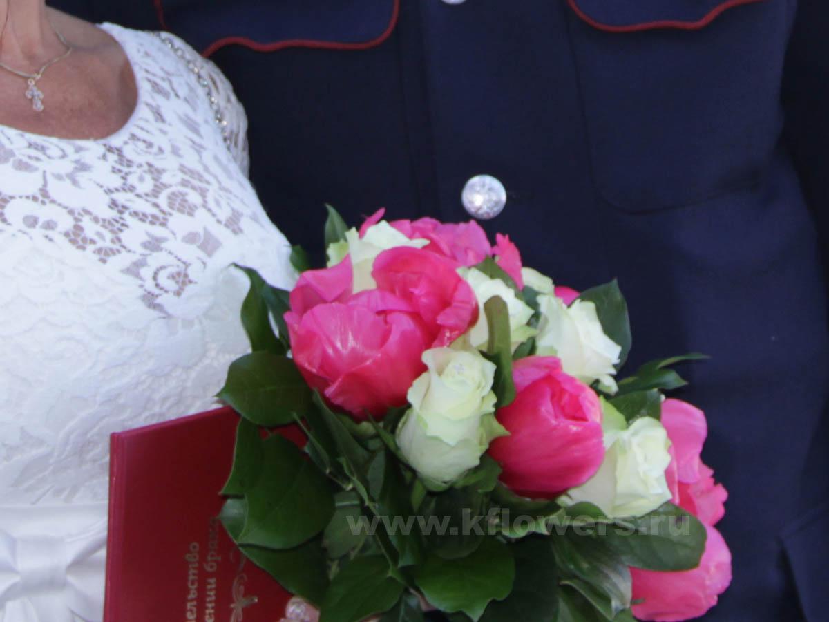 Букет невесты составлен из белых роз, ярко-розовых пионов, декорирован зеленью