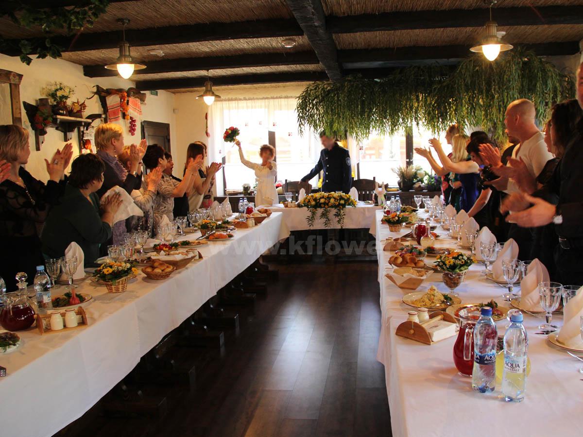Невеста бросает дубликат свадебного букета