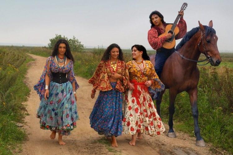 Артисты выступают в изумительных народных нарядах