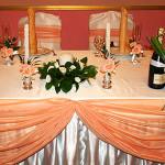 Персиковая изысканность свадебного декора в ресторане Загородный