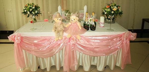 Розовый декор банкетного зала в клубе Персона Грата
