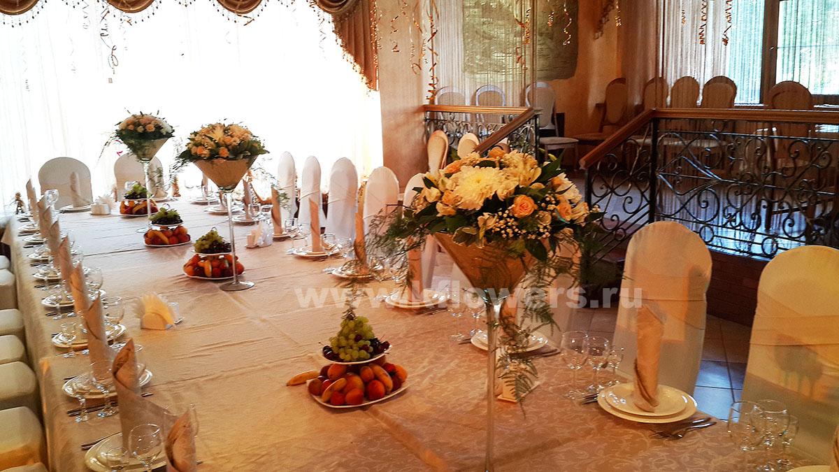 Три цветочные композиции в высоких мартиницах сформировали позитивную атмосферу