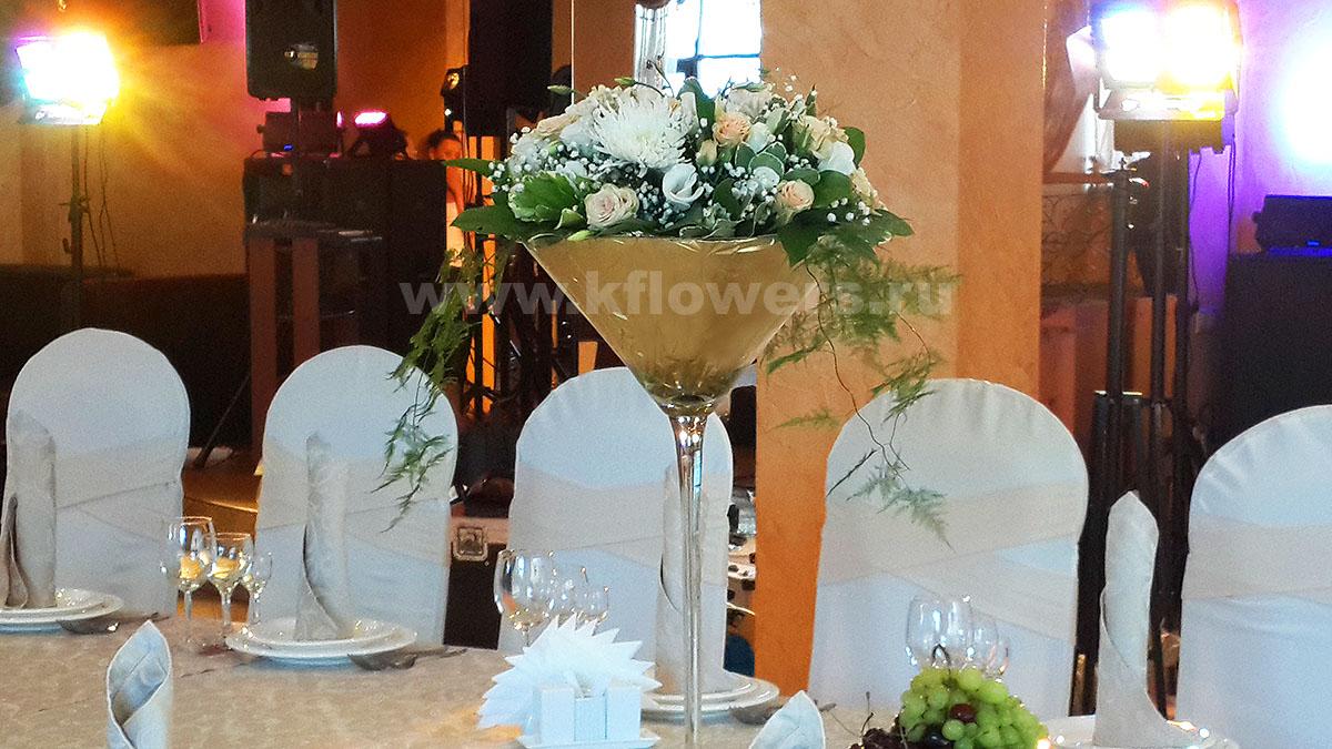 Композиция для гостевых столов: хризантемы, розы, альстромерии, эустомы, гвоздики