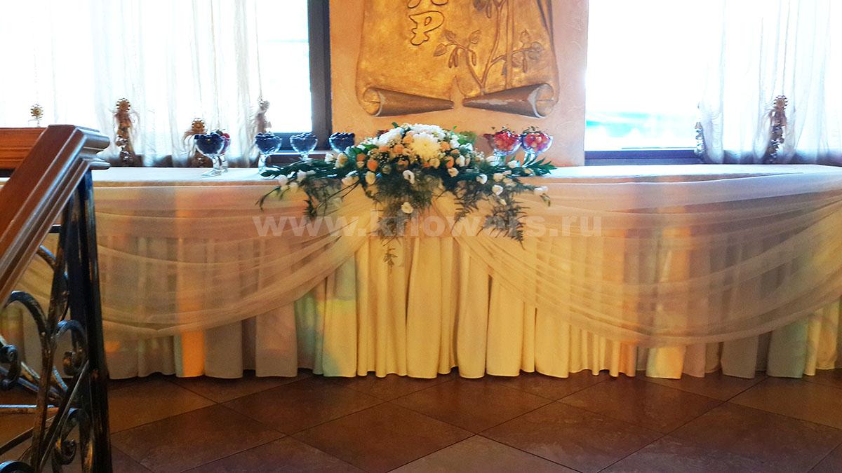Основной акцент декора - композиция на фуршетный стол, фото цветочного произведения
