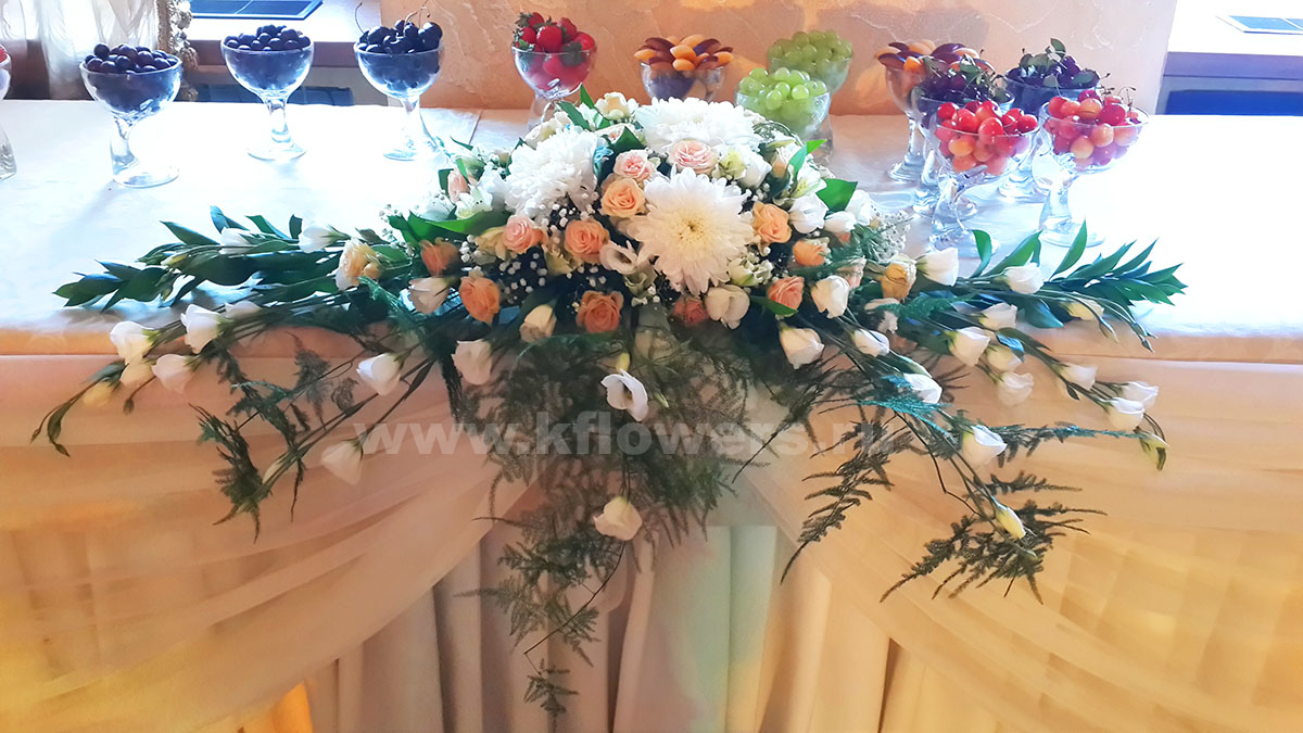 Цветочная композиция на фуршетный стол: хризантемы, розы, альстромерии, эустомы