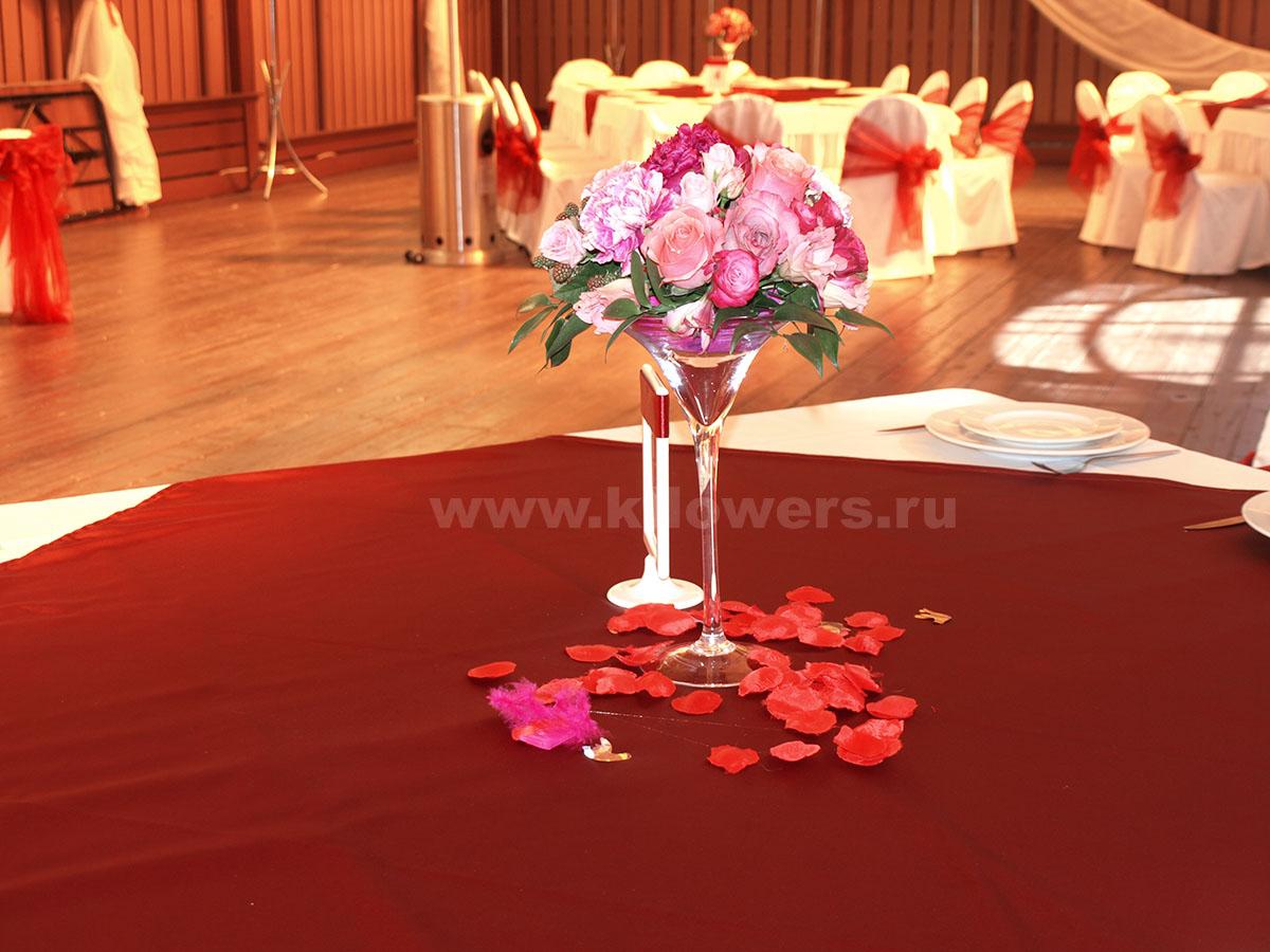 Композиция на стол для гостей при освещении, максимально приближенном к естественному