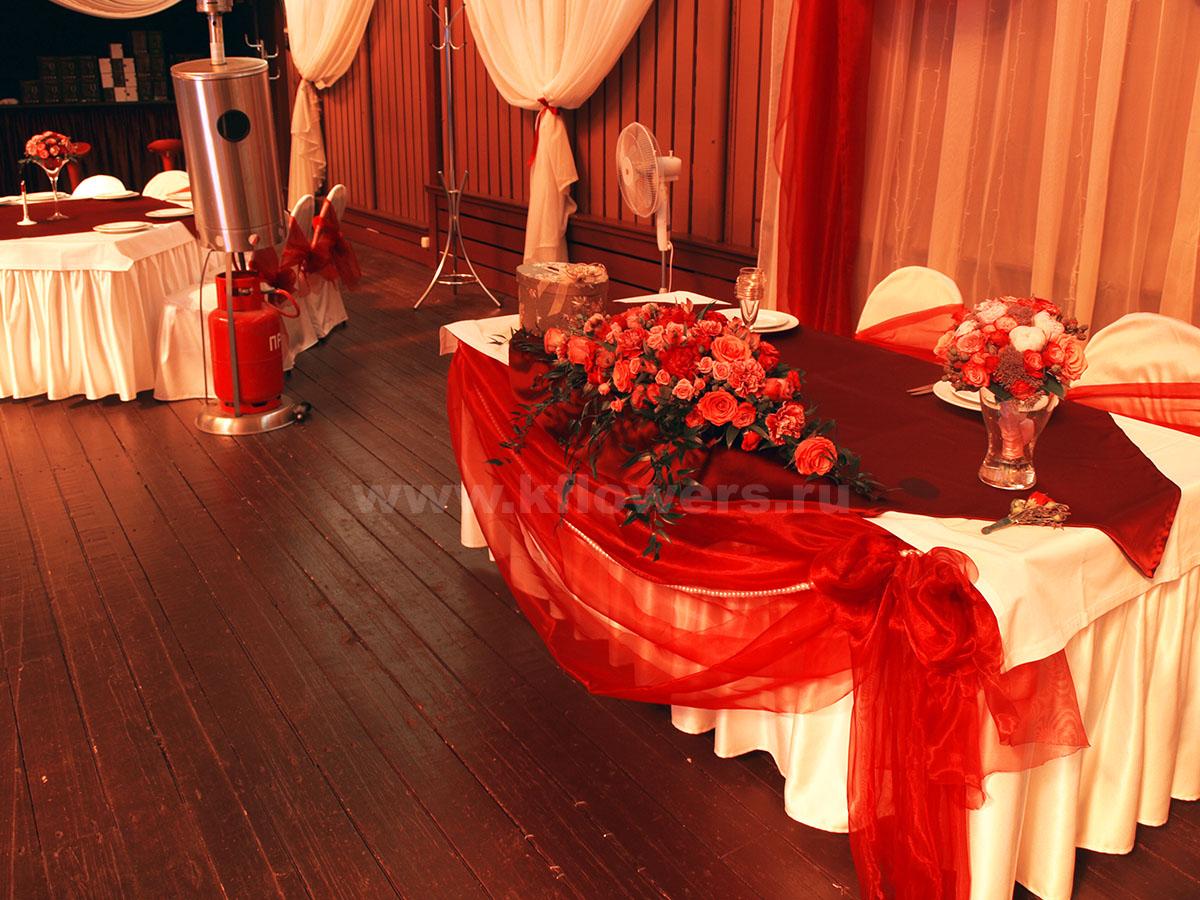 Бордовый цвет легких драпировок гармонирует с основной палитрой цветочных шедевров