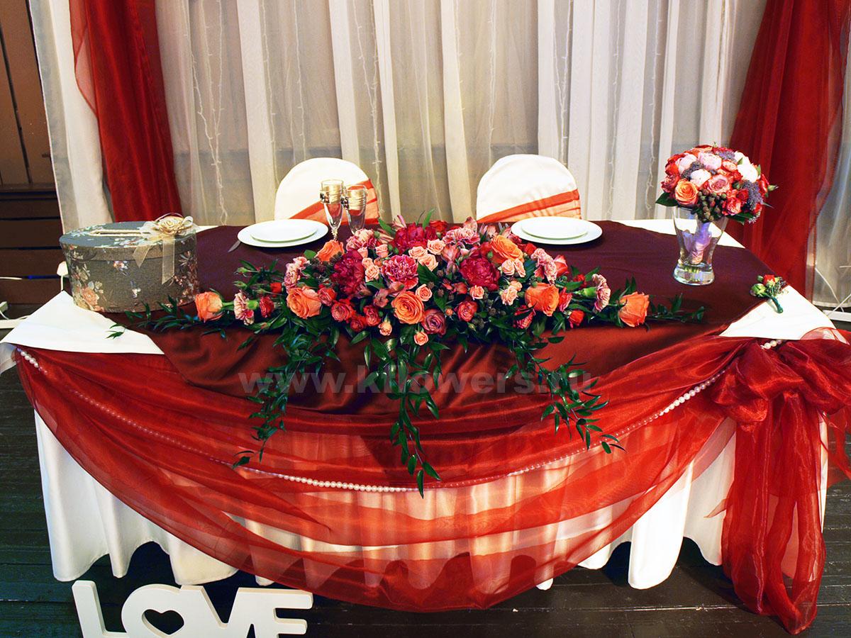 Композиция на стол жениха и невесты - фото без влияния вечерней подсветки