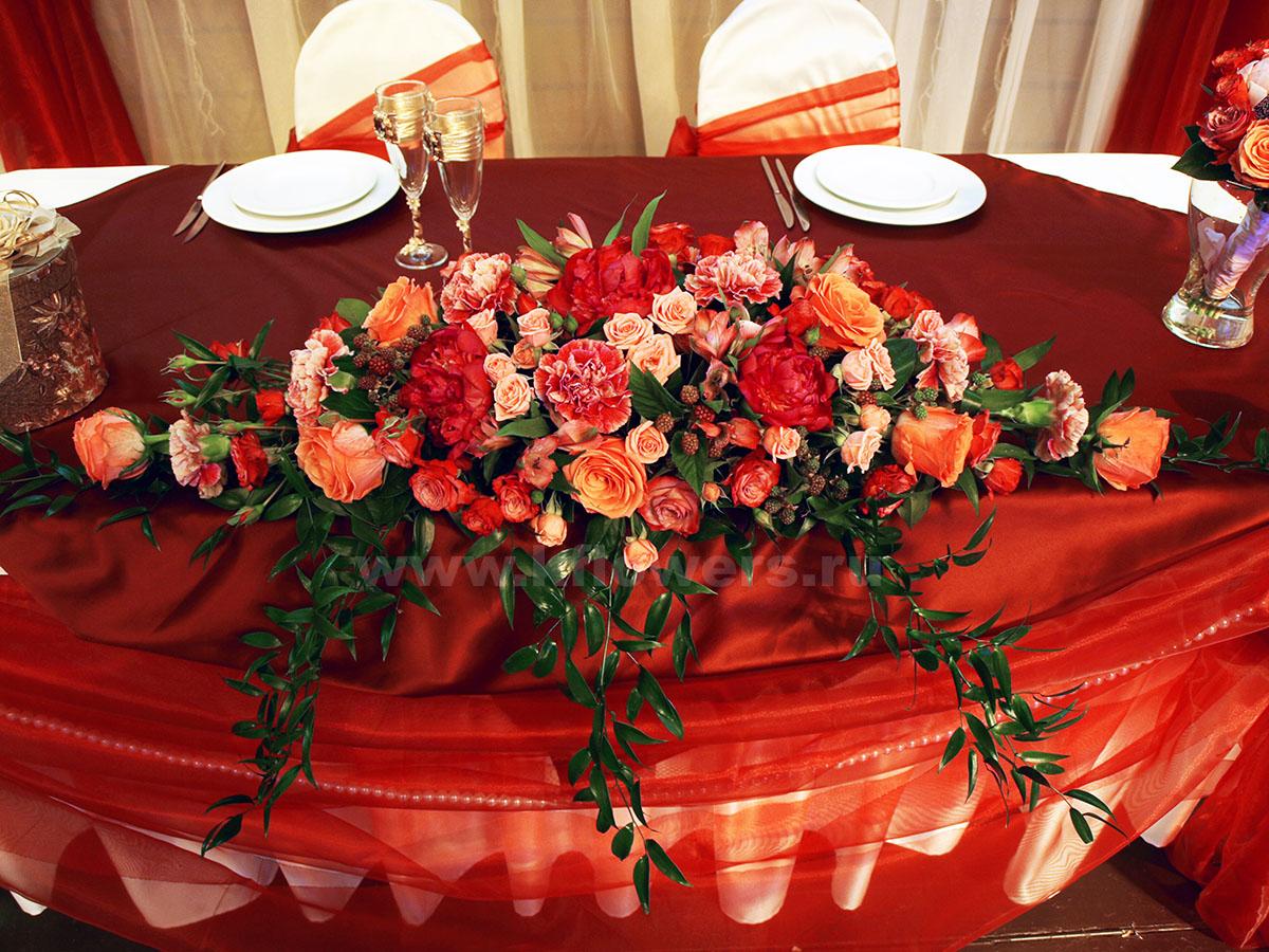 Цветочная композиция на свадебный стол поражает гармонией красок и линий