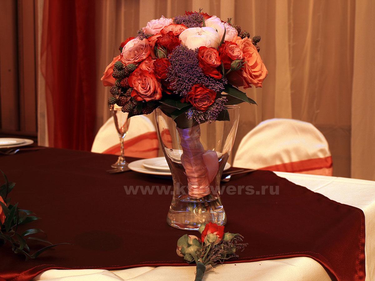 Бутоньерка и букет невесты - фото цветочных аксессуаров молодых