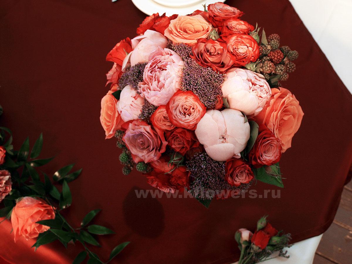 Букет невесты: пионы, кустовые и одиночные розы с декоративной зеленью