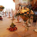 Декор зала в ресторане Бульвар как вариант демократичного оформления цветами дня рождения