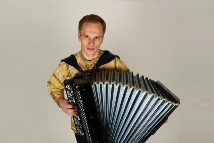 Музыкант, концертмейстер, педагог и руководитель группы с любимым баяном
