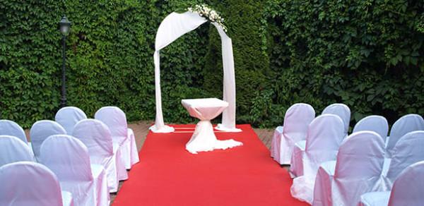 Белый свадебный декор в подмосковном клубе Персона Грата