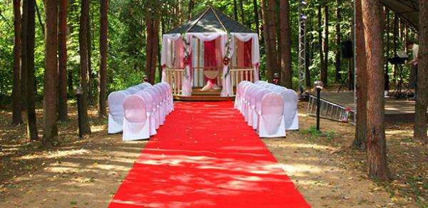 Оформление свадьбы цветами в малиновой тональности, ресторан Персона Грата