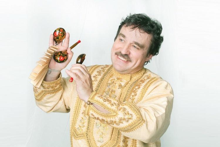 Тенор Сергей играет на ложках, пиле, трещотках, косе, рожке и свистит