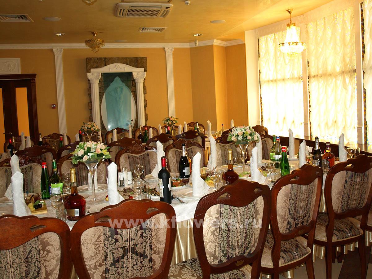 Золотистая королевская тематика в оформлении свадебного зала цветами, фото