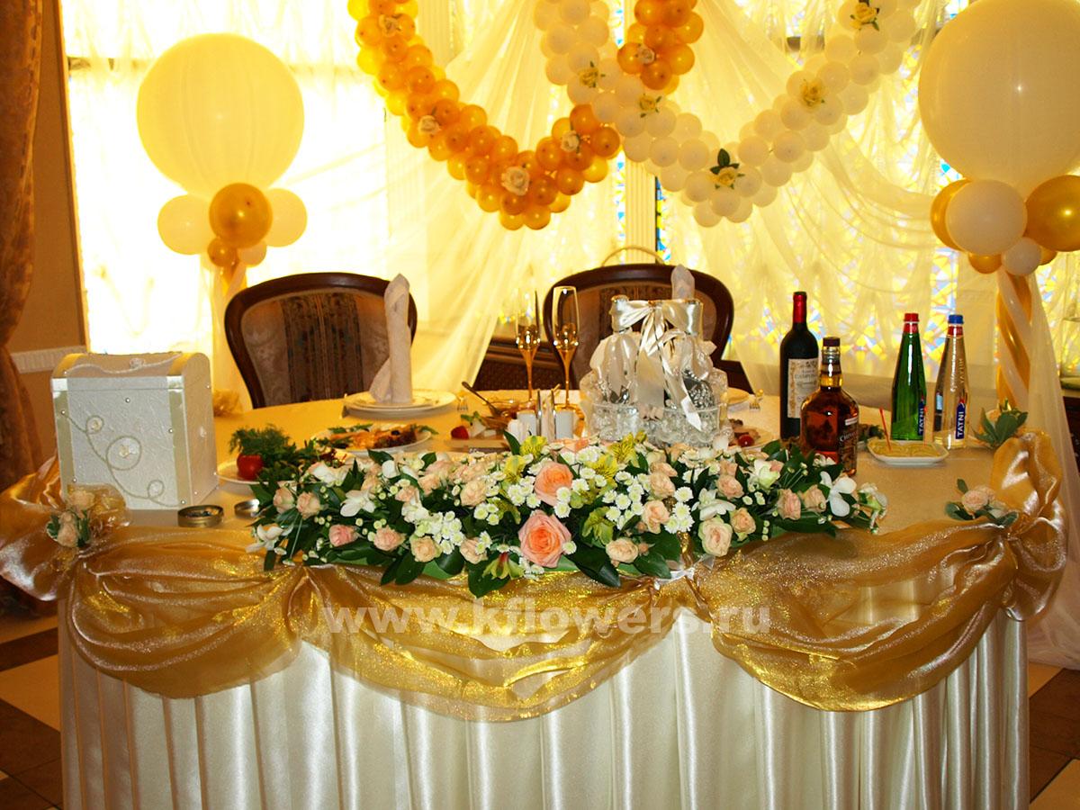 Оформление стола жениха и невесты, фото золотистого свадебного декора