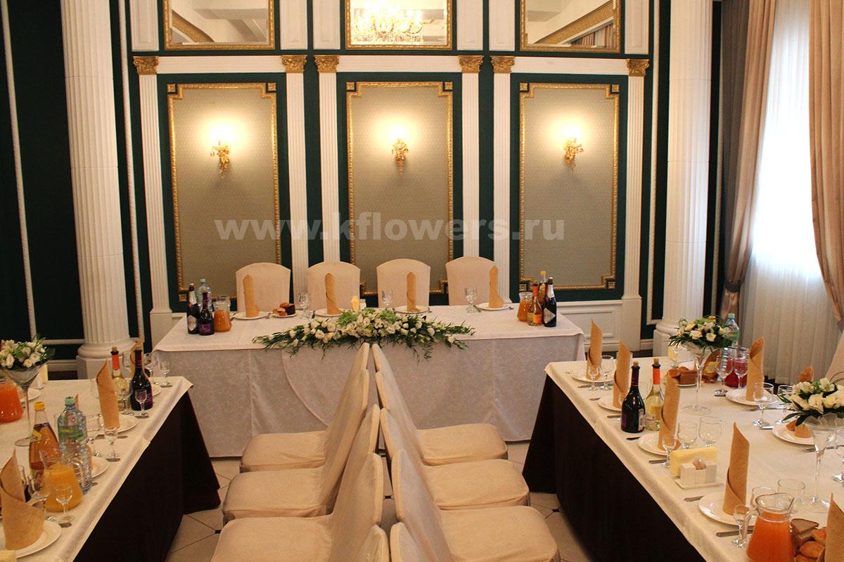 Античный интерьер ресторана Отдых в Щелково с белым свадебным декором