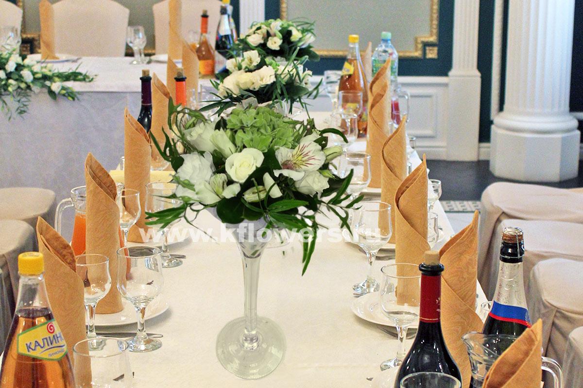 Композиция для гостевого стола: эустомы, альстромерии, розы, гортензия