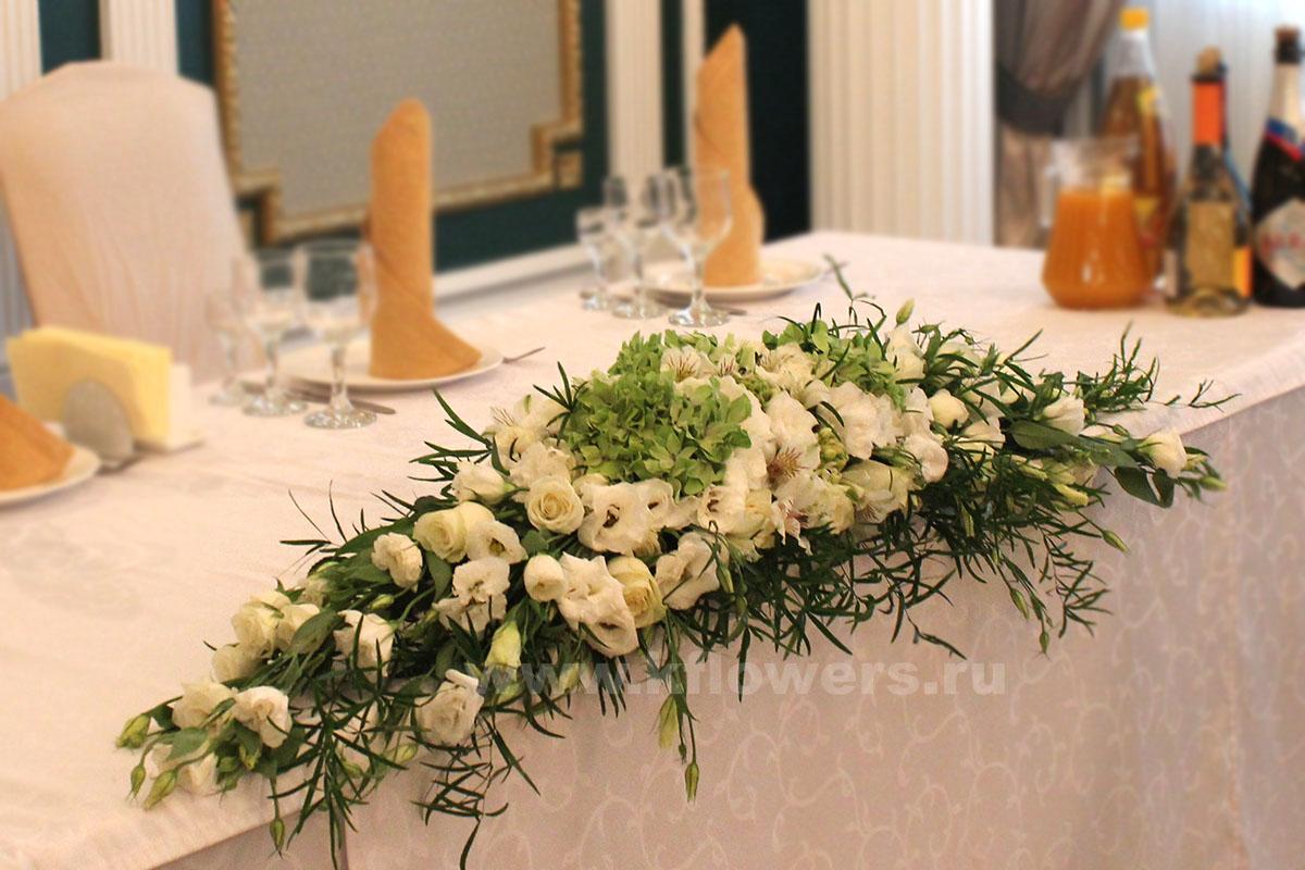 Дивная композиция на стол жениха и невесты - фото цветочного шедевра