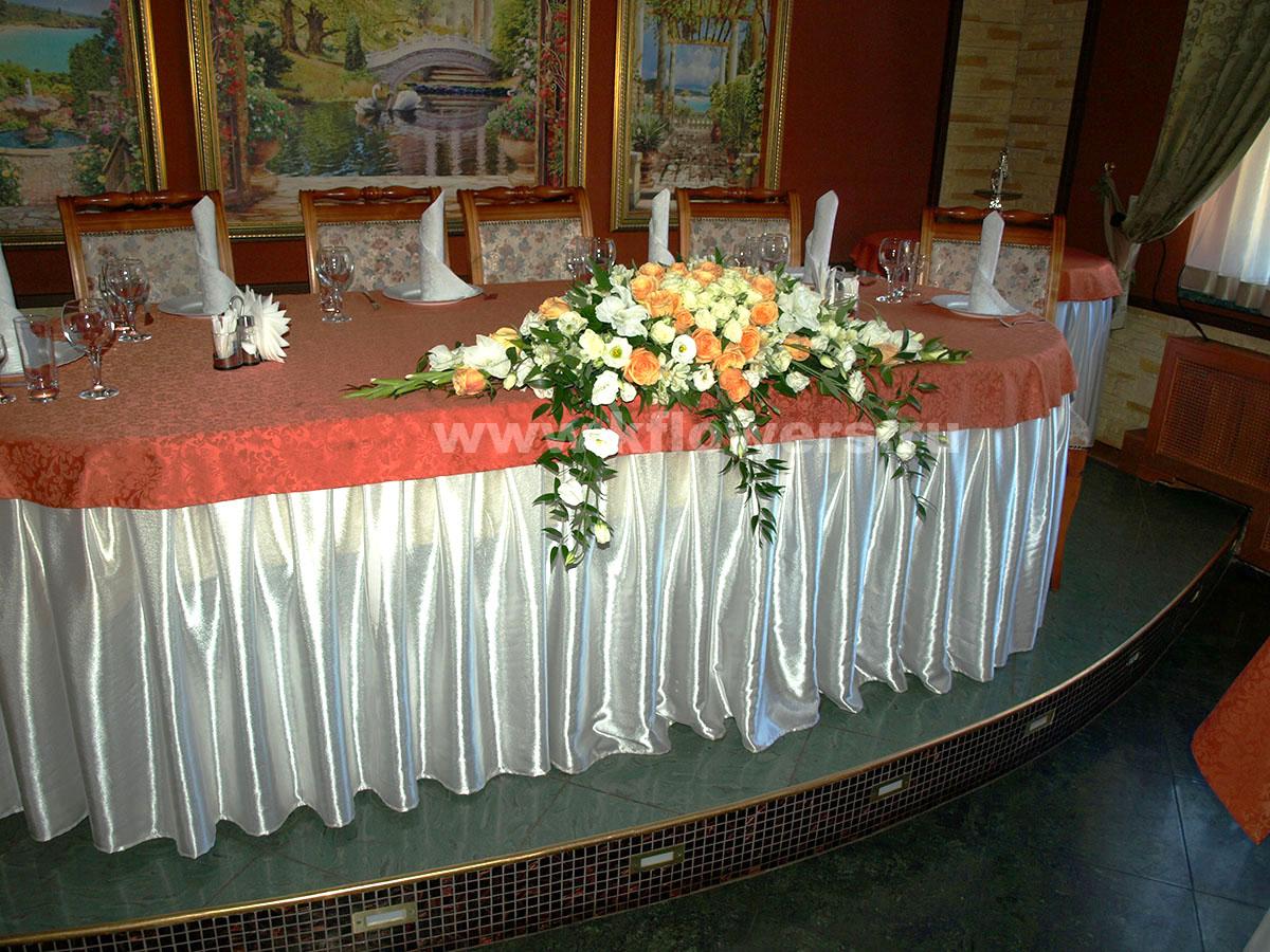 Дивная композиция на стол жениха и невесты - фото центрального произведения