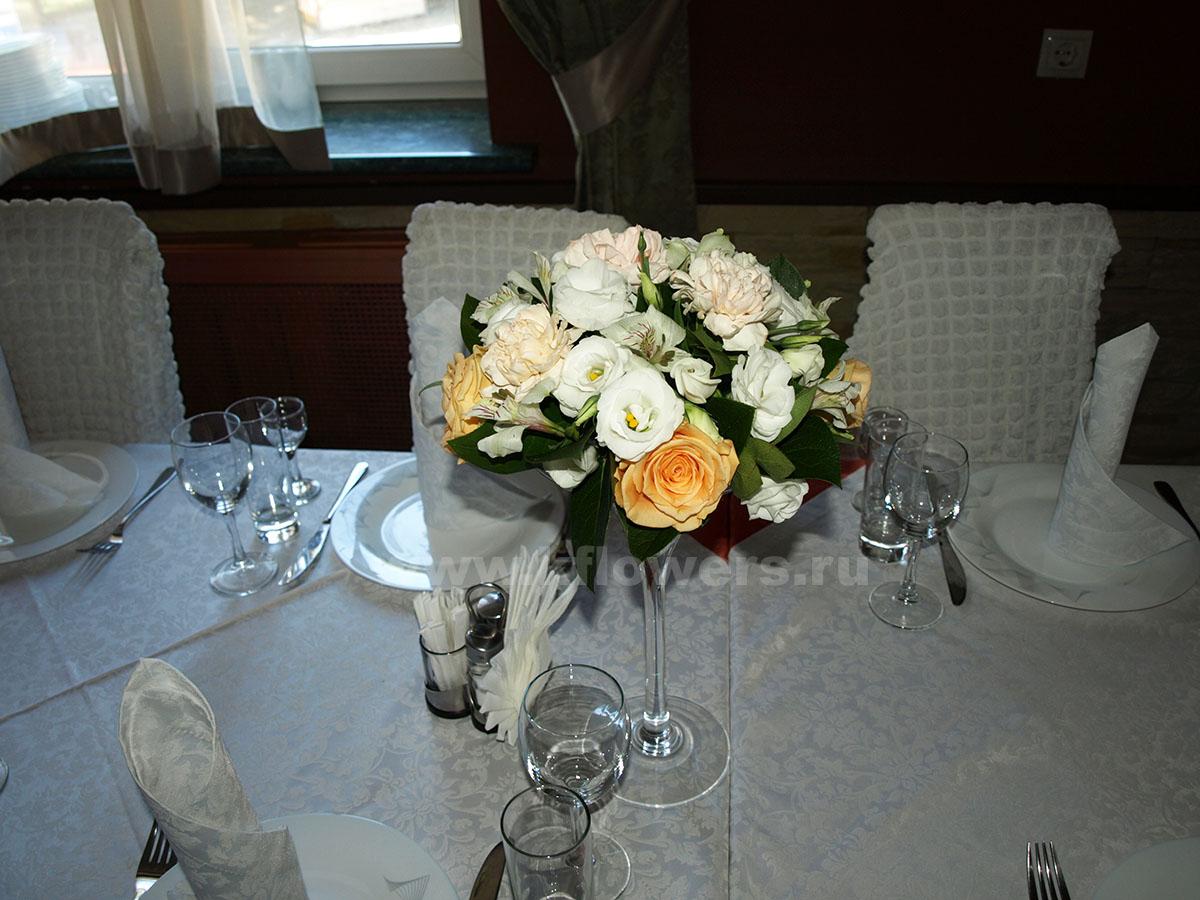 Состав композиции для гостей: гвоздики, альстромерии, эустомы, розы