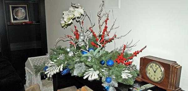 Новогоднее оформление камина в столичной частной квартире