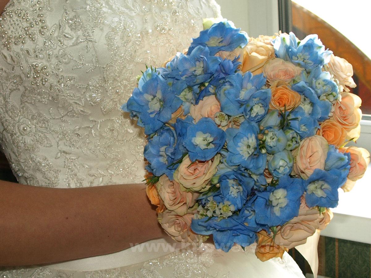 Изумительный букет невесты в бирюзовой тональности из дельфиниума и роз