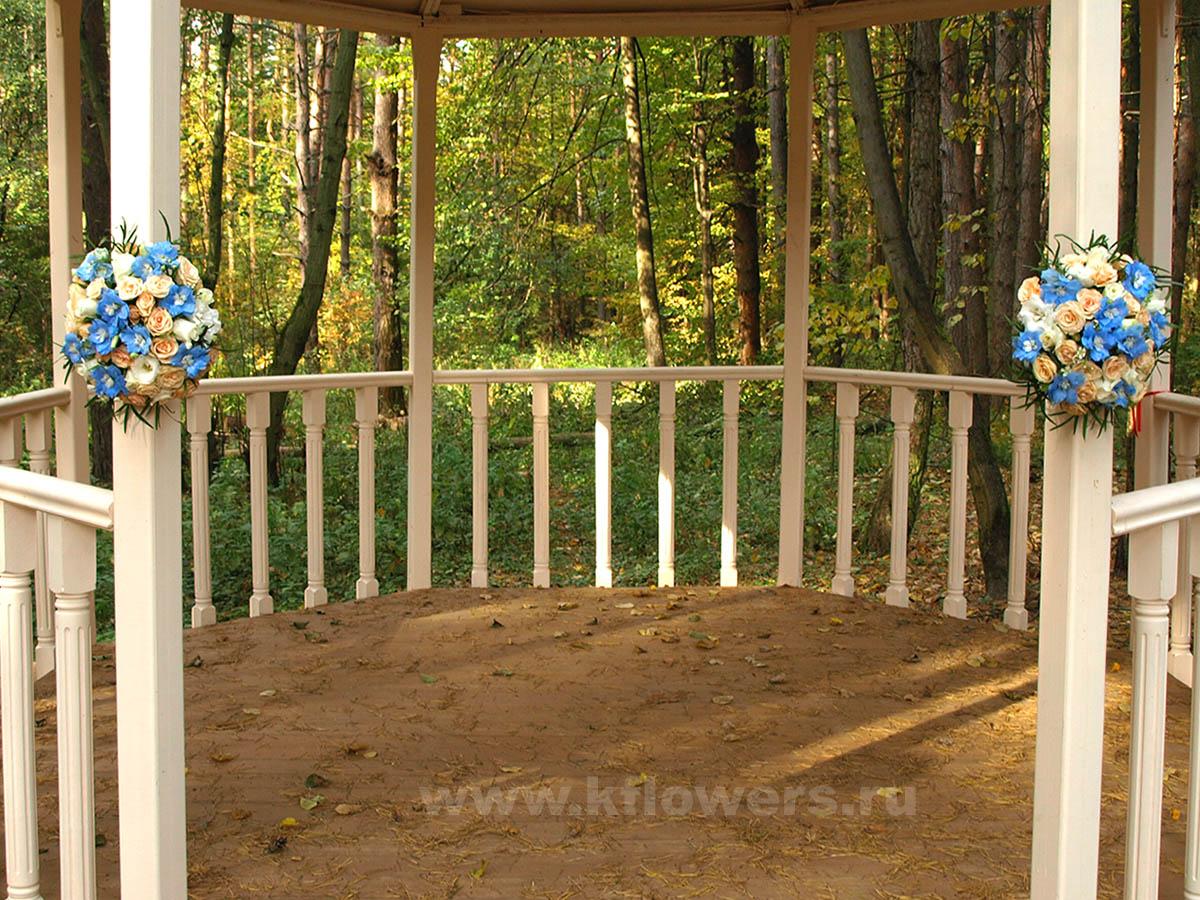 Функцию свадебной арки для выездной регистрации выполнила беседка