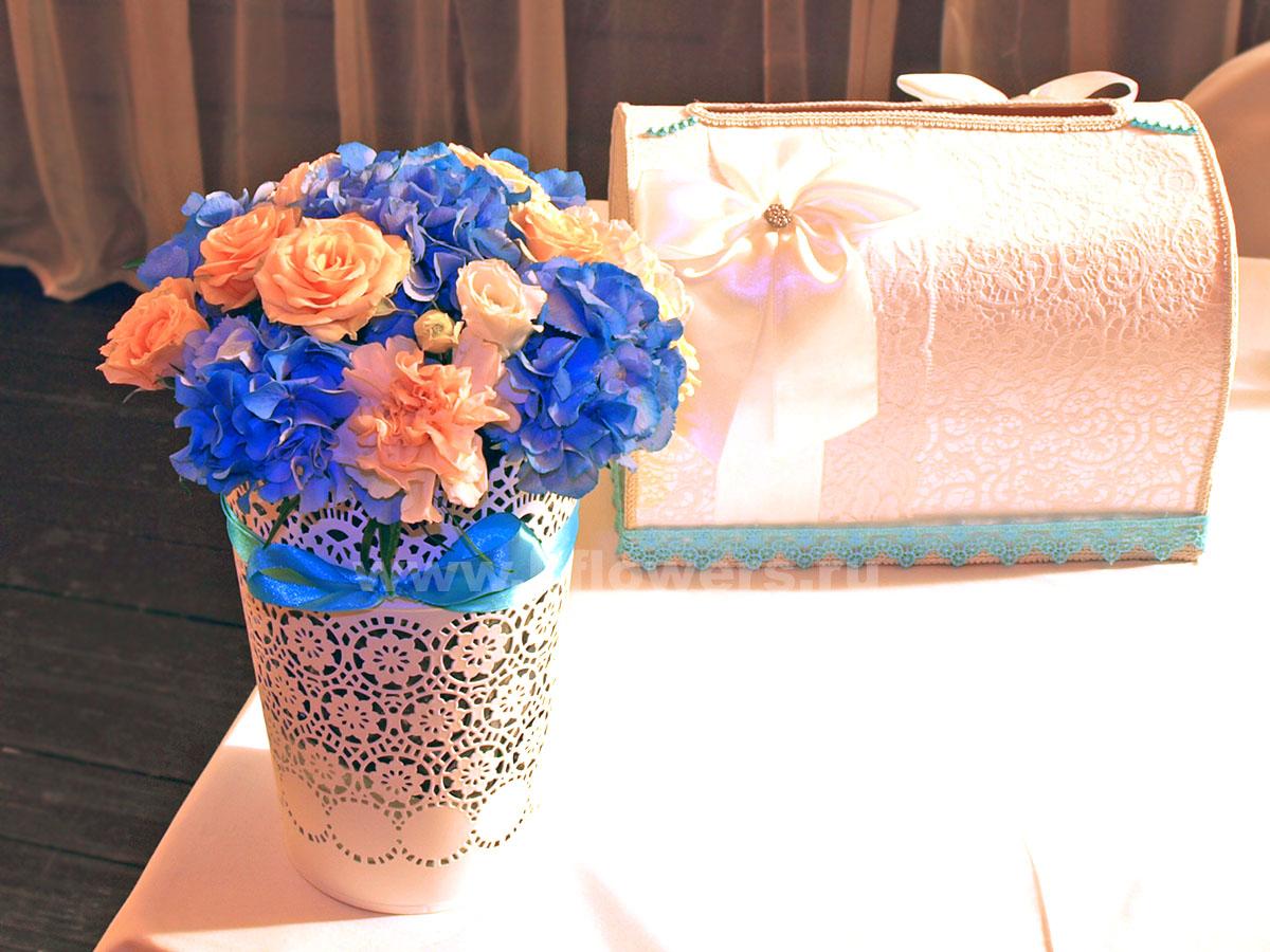 Фронтальная цветочная композиция и изящный сундучок для подарков